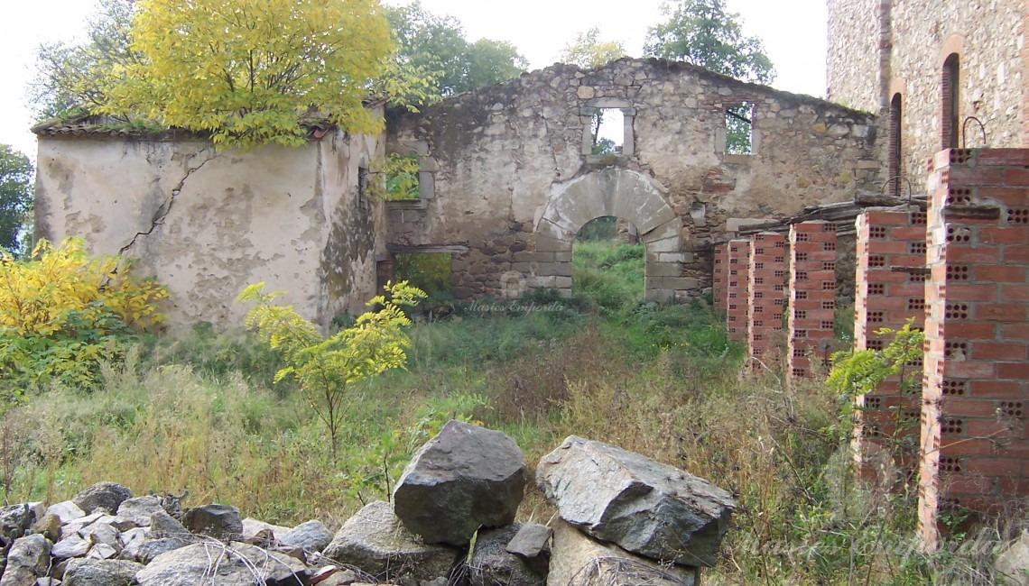 Vista lateral de la casa y los anexos a esta