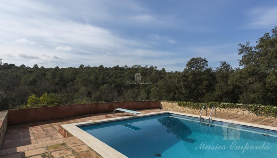 Zona de piscina con vistas a los campos y bosque de la propiedad