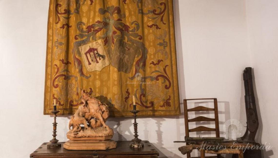 Detalle del tapiz con el antiguo escudo de armas familiar