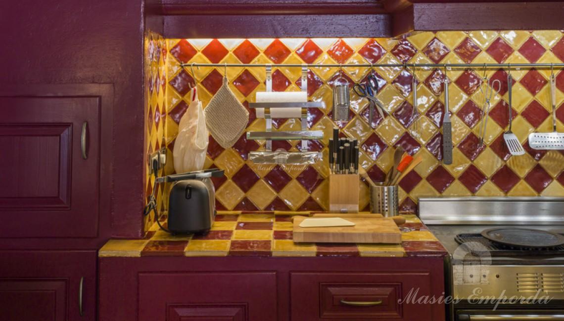 Detalle de encimera y fogones de la cocina.
