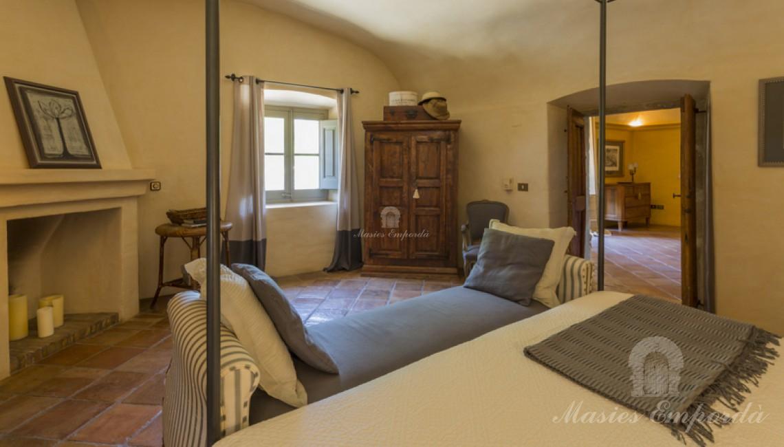 Suite con chimenea con techos abovedados en planta piso