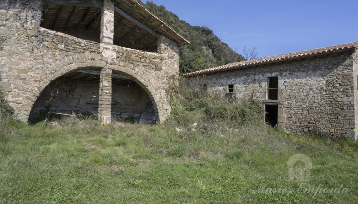 Side facade and barn of the farmhouse