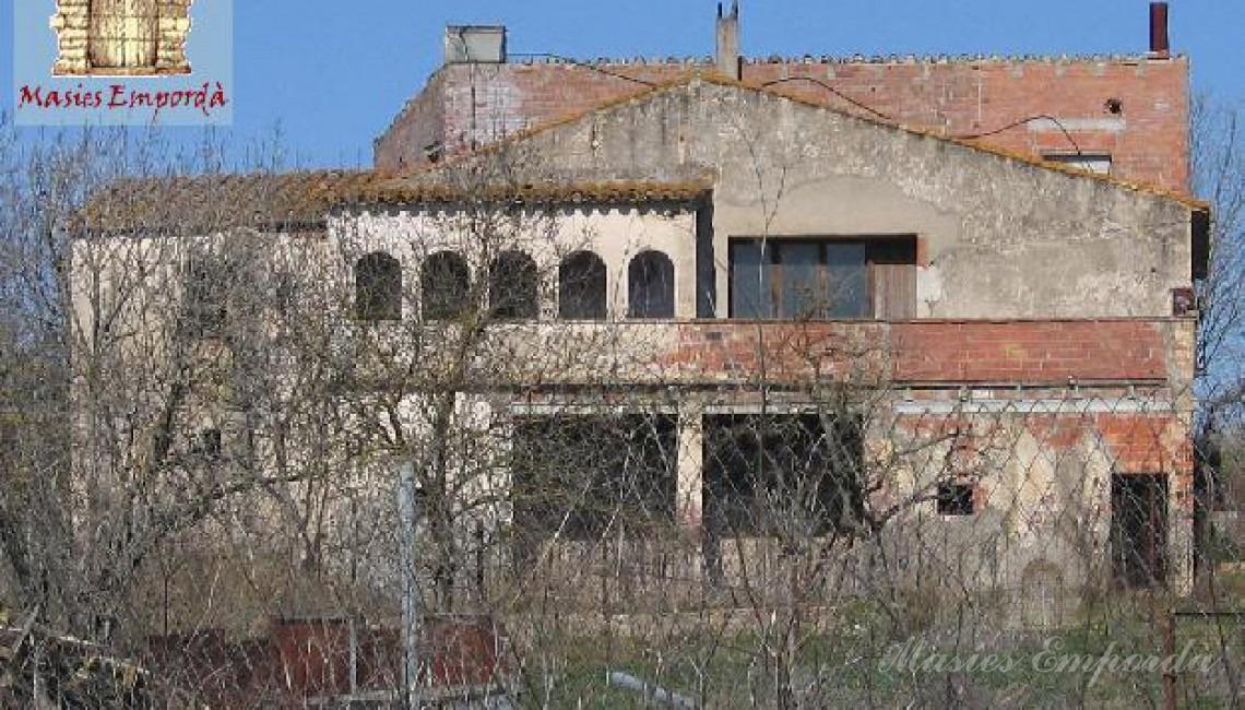 Fachada de la casa donde se aprecia el volumen constructivo de la casa.