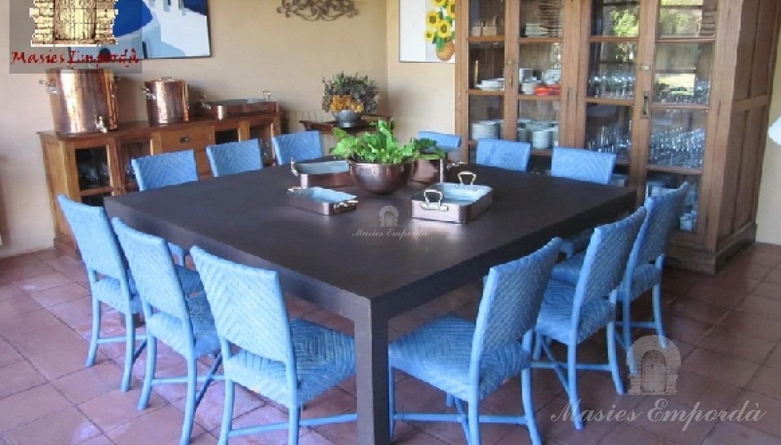 Comedor de verano de la casa junto a la cocina y con salida al jardín directamente