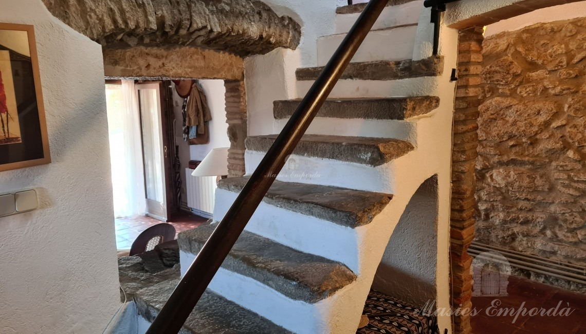 Access ladder to floors