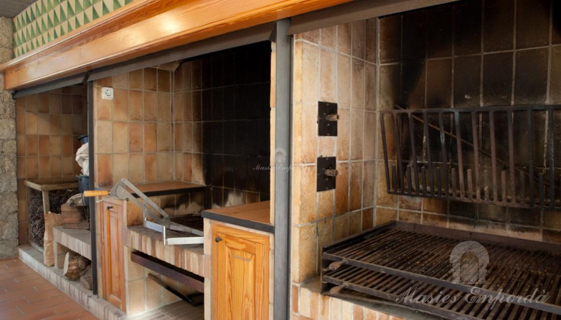 Detalle de las barbacoas y asadores de la cocina de la casa de invitados