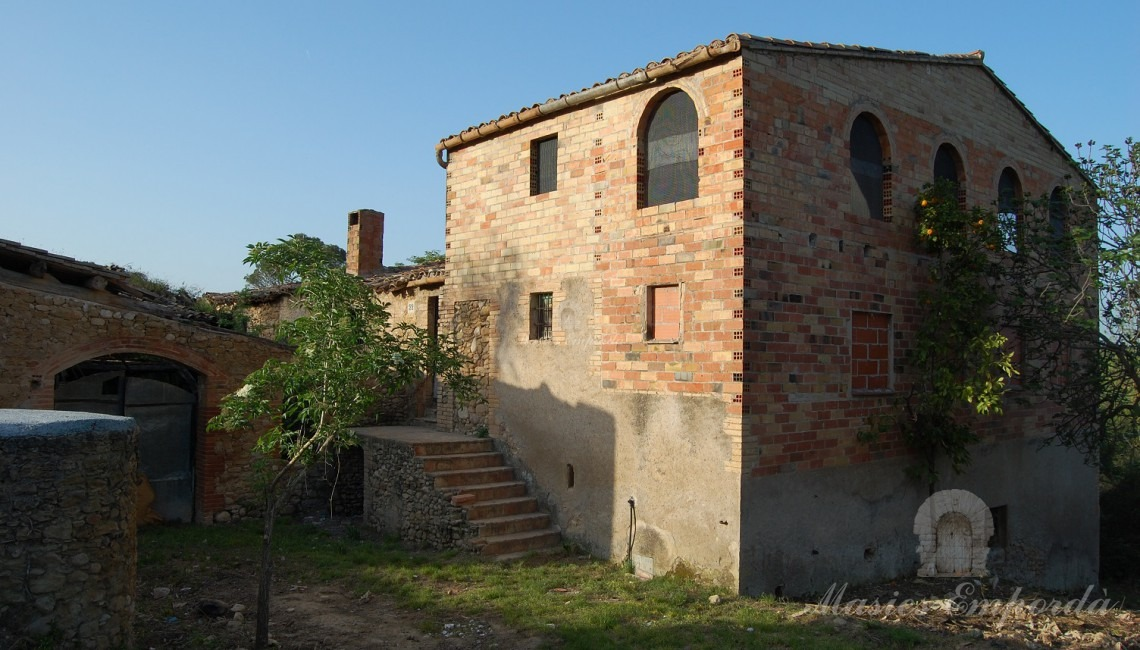 View of the facade of the farmhouse