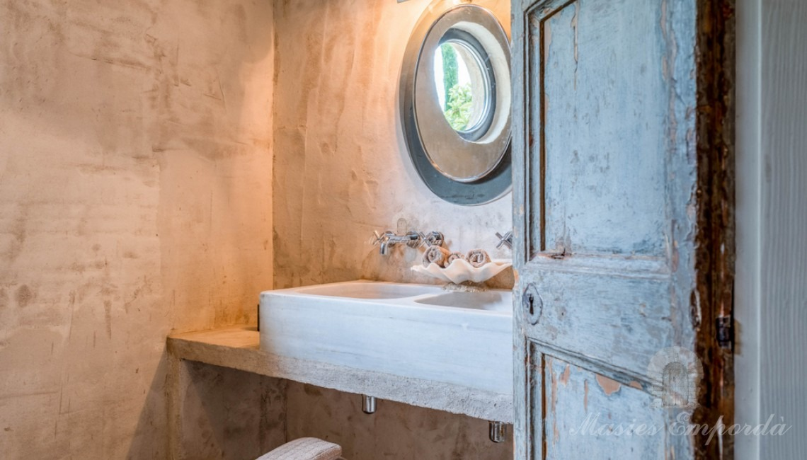 Bathroom of one of the suite of the farmhouse