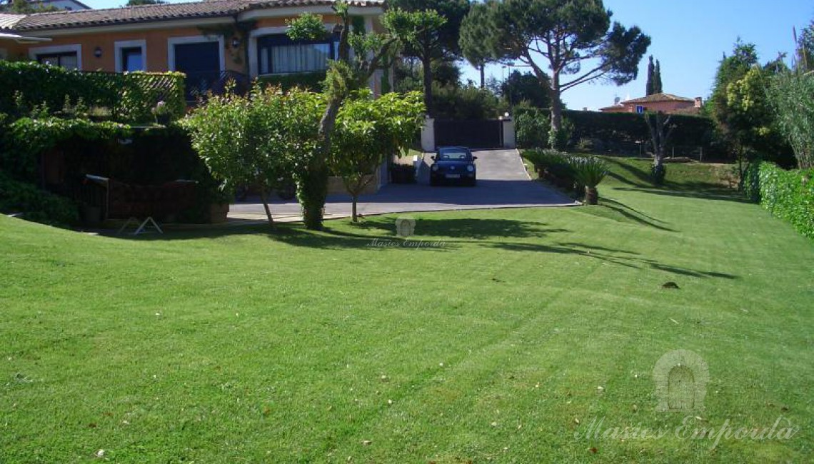 Desde otro ángulo vista de la casa con el jardín en primer plano