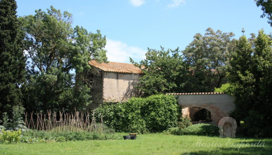 Vista de la casa desde los campos de la propiedad