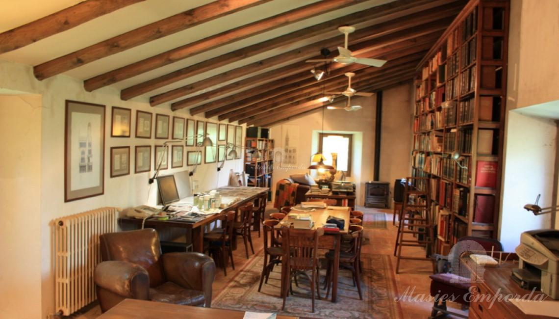Vista general del salón de estar y biblioteca de la planta