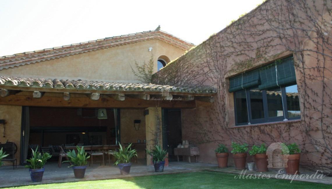 Porche adjunto a la cocina ubicado en terraza con vistas al jardín
