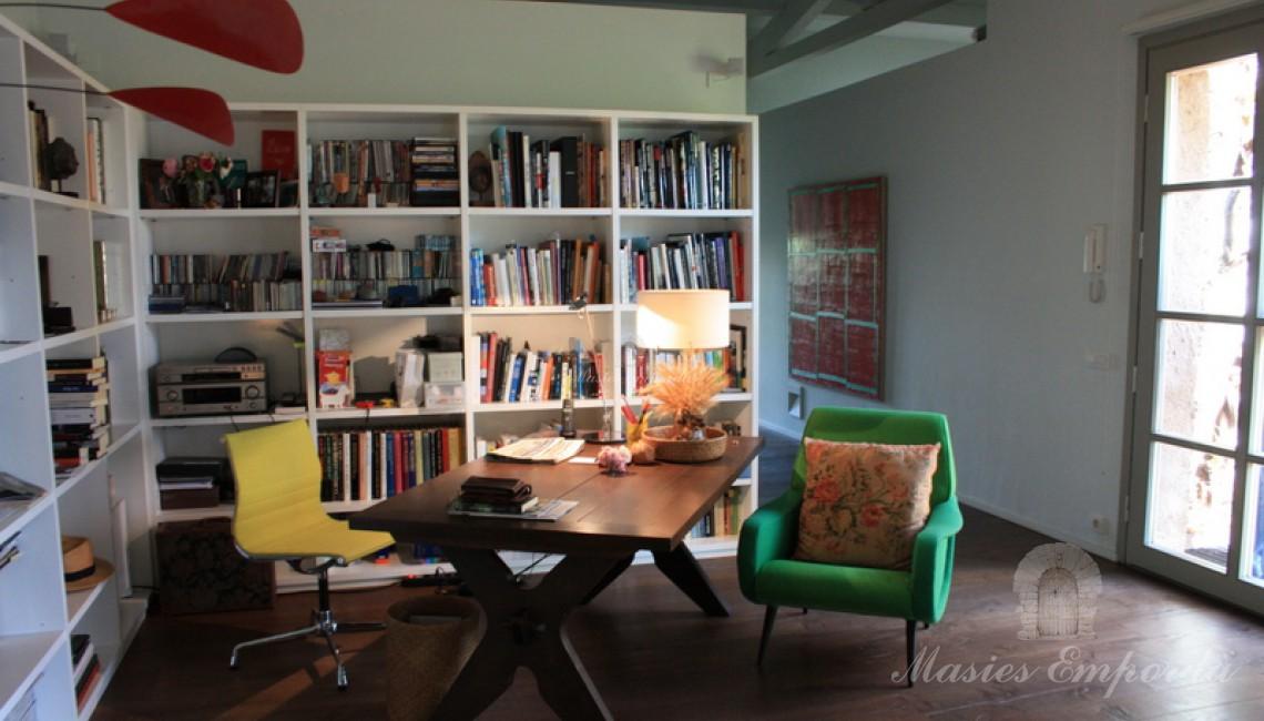 Hall de entrada de la casa donde se encuentra este magnífico conjunto de sofás y mesa de despacho con biblioteca