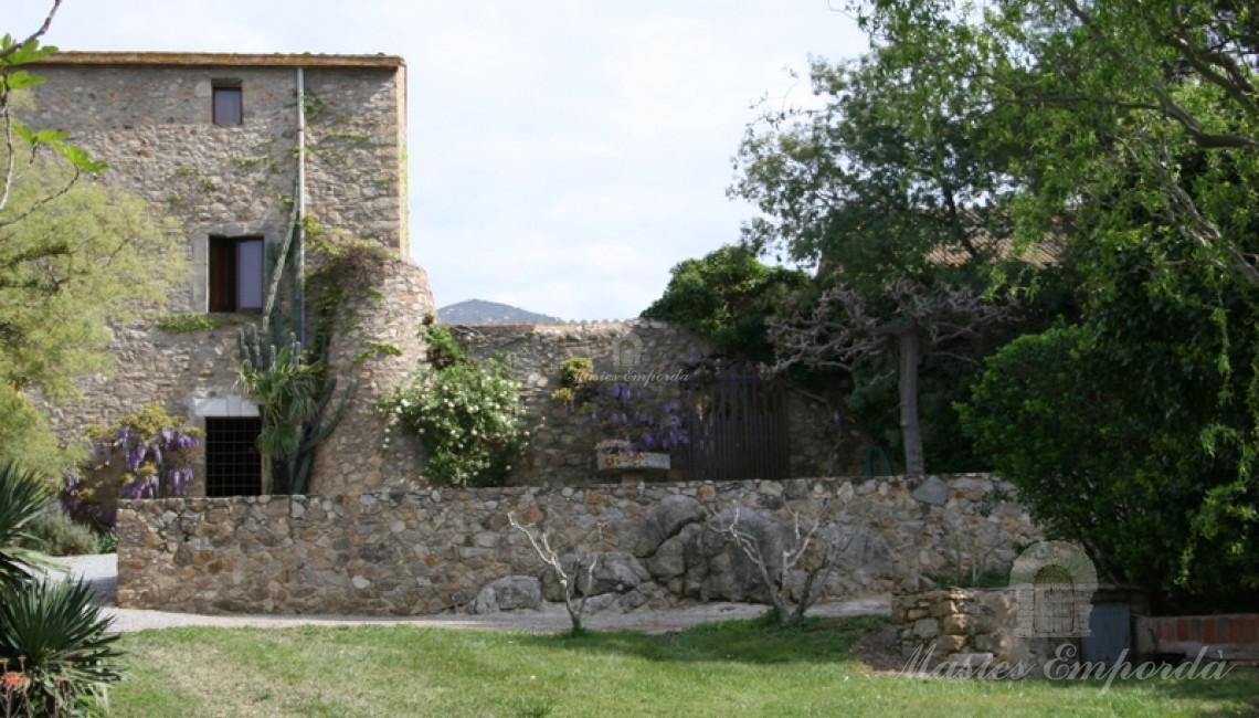 Detalles del jardín y de la masía
