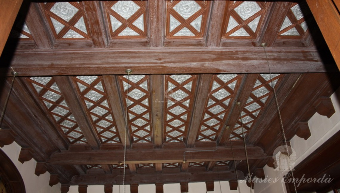 Artesonado de madera del hall de entrada a la casa