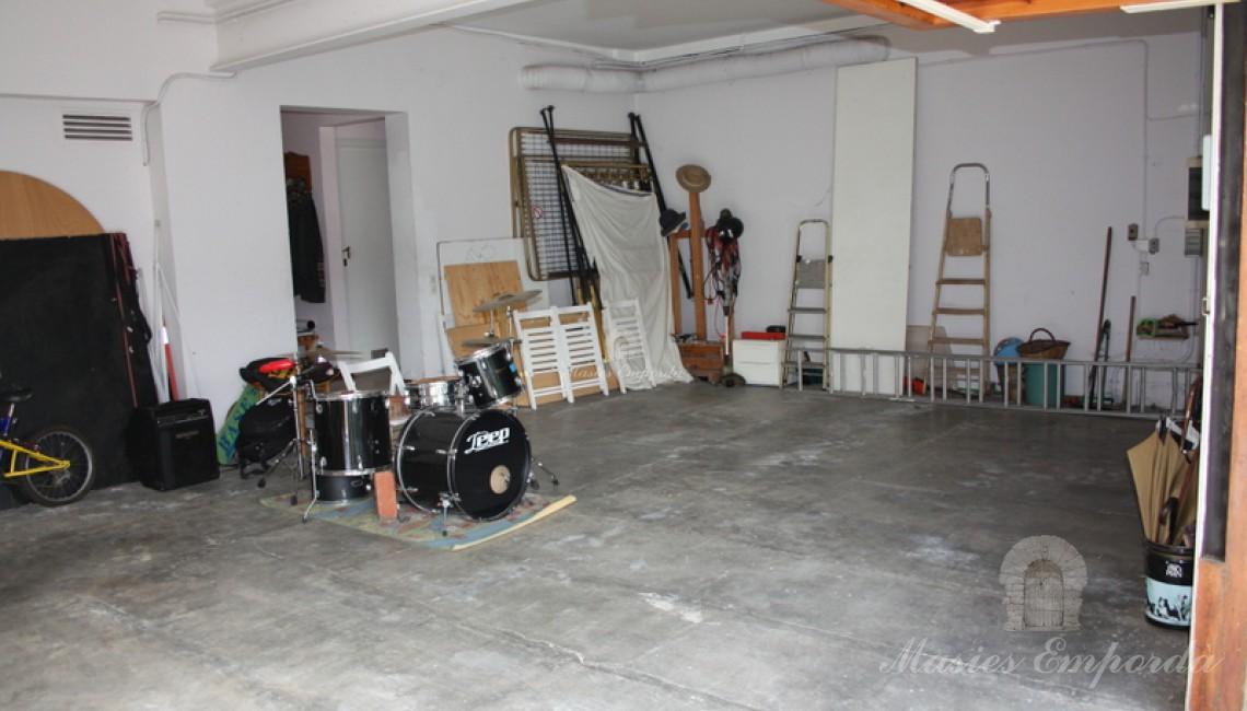 Garaje de la propiedad con espacio para tres vehículos con dos portones de acceso a ellos