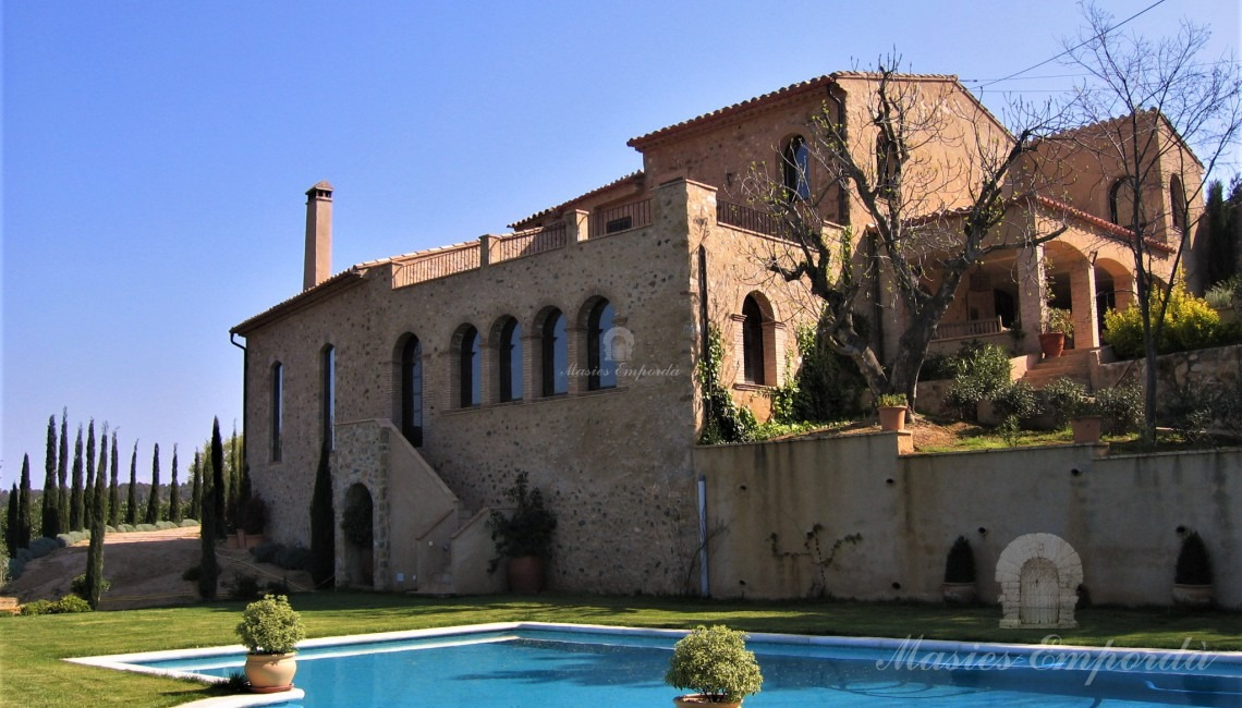 General view of the farmhouse with the garden and the pool