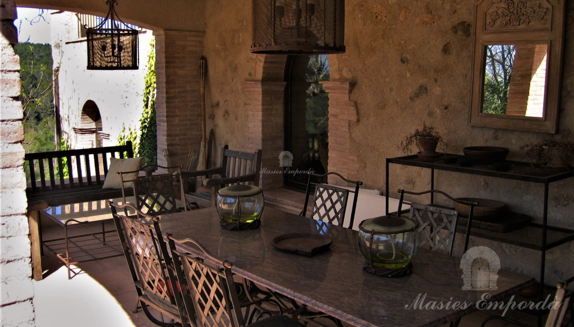 Detail of the porch with the summer dining room