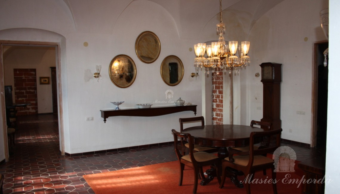 Salón de estar de la segunda planta con un arcos toral en toda ella