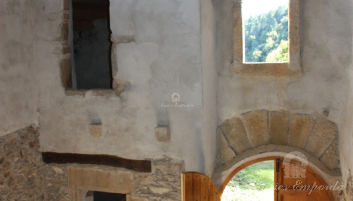 Vista de la entrada a la casa a boble altura desde el interior de esta