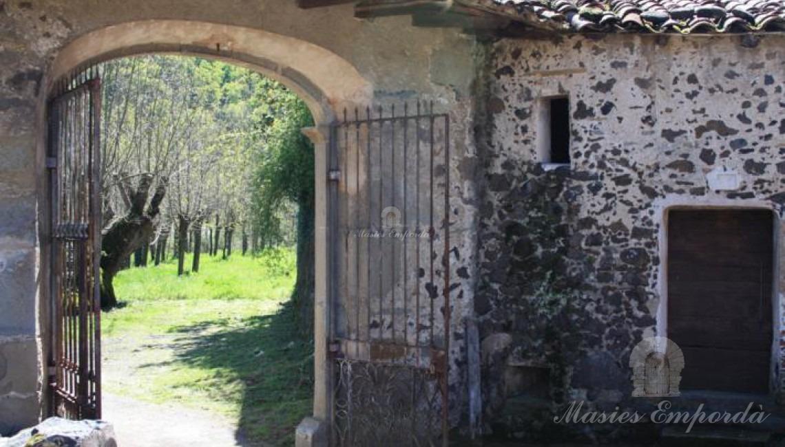 Entrada al recinto fortificado de la casa