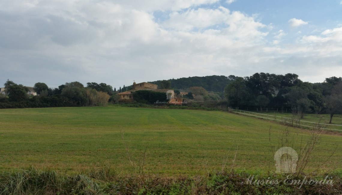 General view of the farmhouse and the lands that surround it