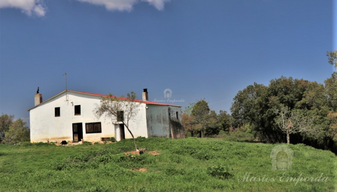 View of the facade of the farmhouse from the plot