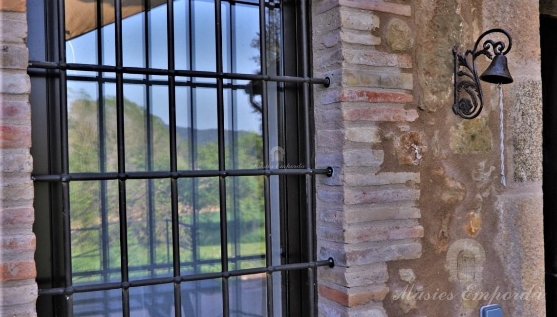 Detalle de la ventana de la entrada de la casa