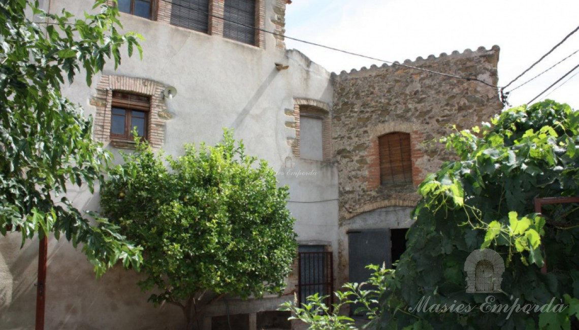 Fachada principal de la casa desde el interior de jardín