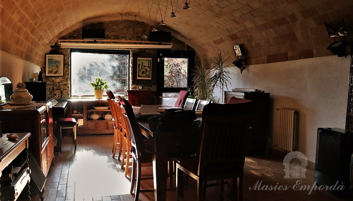 From another angle the dining room with vault with exit to the garden