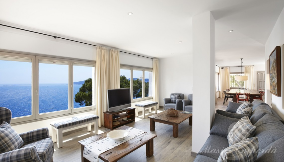 Living room with sea view of the house
