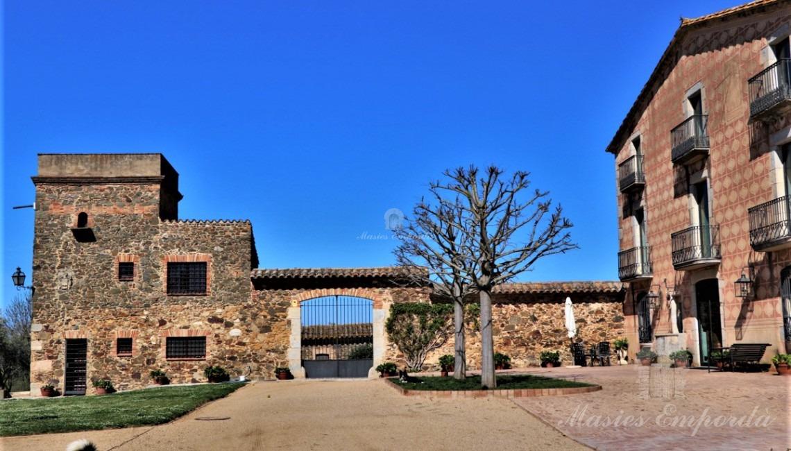 Vistas de la facha y la entrada al patio grande de la masía