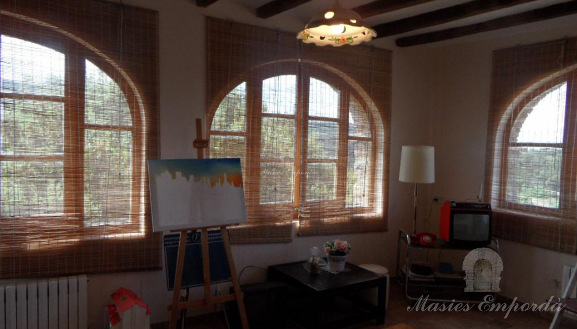 Buhardilla de la casa con ventanales con vista al jardín y los campos de la propiedad