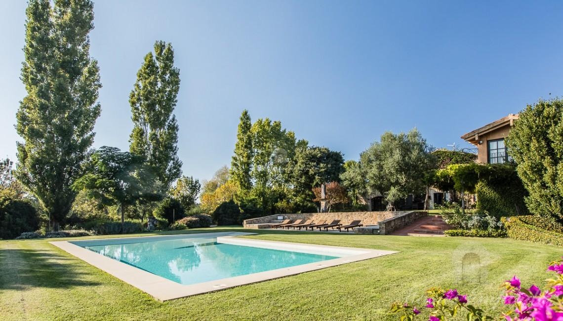 Detalle de la piscina y el jardín