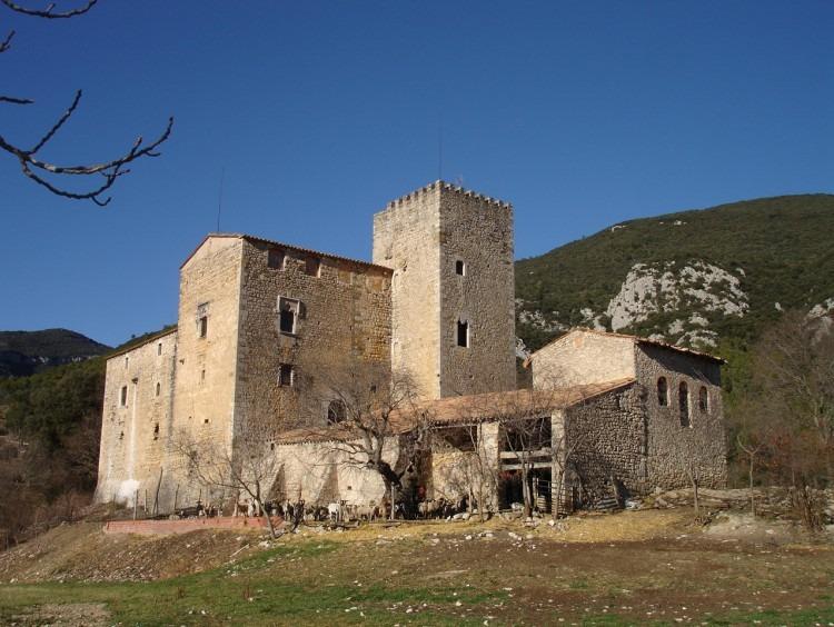 Vista general del castillo ubicado sobre una colina en el centro de la las tierras de su propiedad