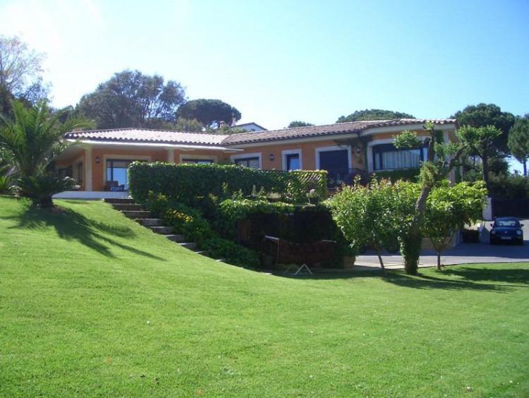 Vista de la casa con el jardín en primer plano