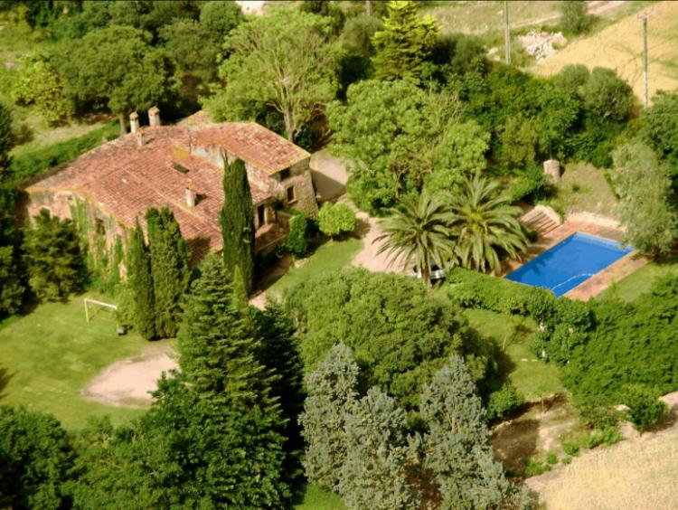 Vista del conjunto constructivo de la Masía rodeada del jardín