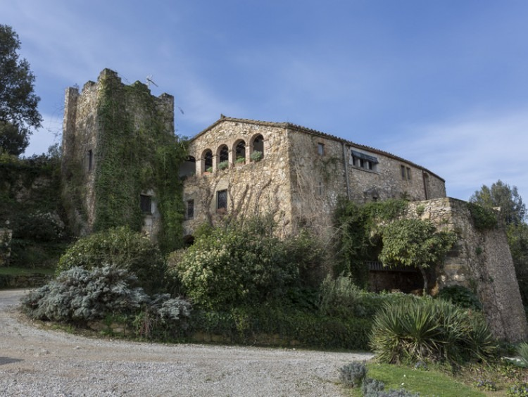 Masia with defense tower dated in the 1,700 with about 600 square meters of house and several annexes that are described later. The farm has fourteen hectares of land in a single block.