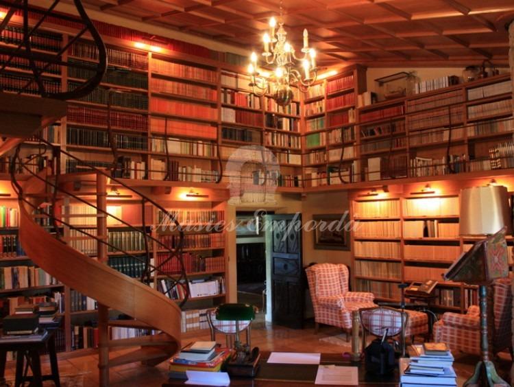Espléndida biblioteca de la casa con techos de doble alturas