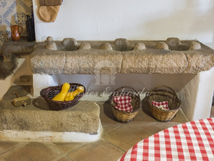 Detalle del soporte de piedra de los fogones de la cocina original
