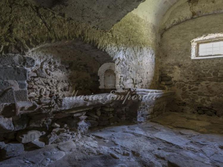 Vista de la cuadras de la masía toda ellas en piedra