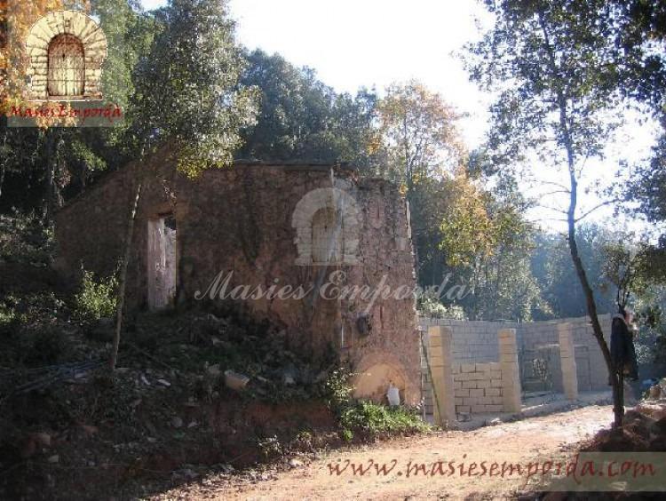 Vista de la casa de piedra y de los anexos