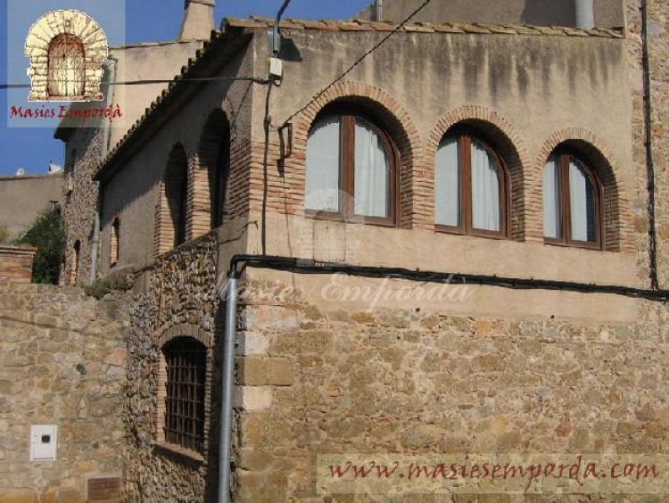 Detalle de arcos de medio punto de la fachada sur oeste de la propiedad