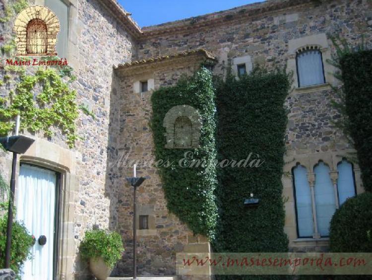 Detalle de la fachada de la entrada principal donde se aprecia el conjunto constructivo