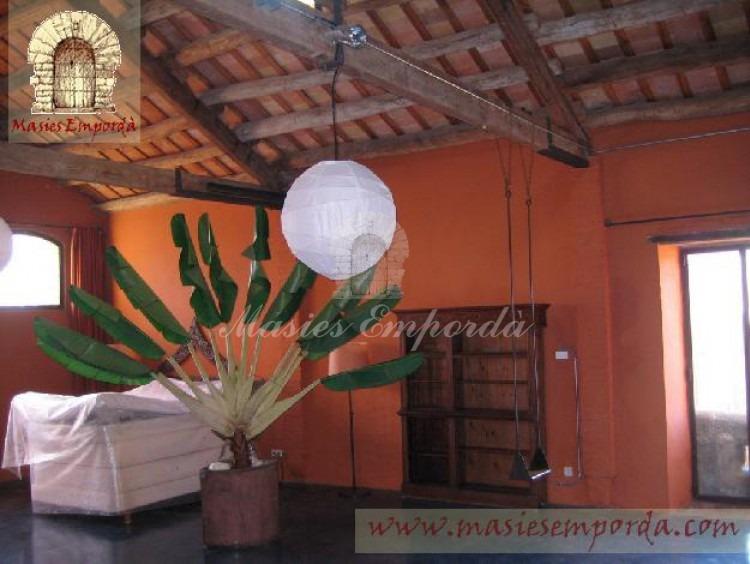 Salón de la casa con cubierta a dos aguas y estructura de soporte de cubierta en mamadera vista