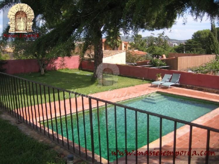Vista de la piscina y el jardín desde la terraza del piso superior