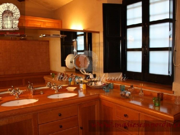 Detalle del baño de la suite con ventanal al jardín y gran espejo
