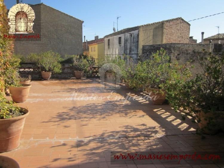 Vista de la terraza ubicada en fachada sobre el porche corrido en fachada que la soporta