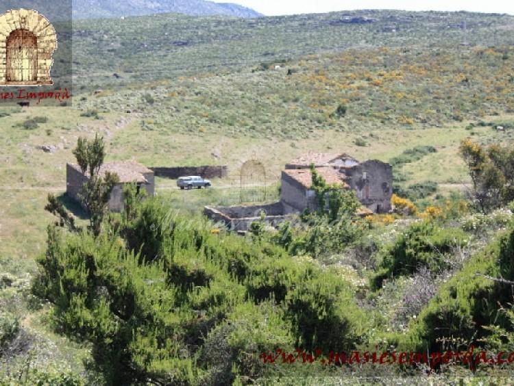Vista del conjunto constructivo de la masía rodeada de la propiedad