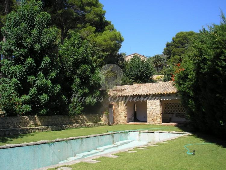 Vista de la piscina de agua salada con los vestuarios al fondo